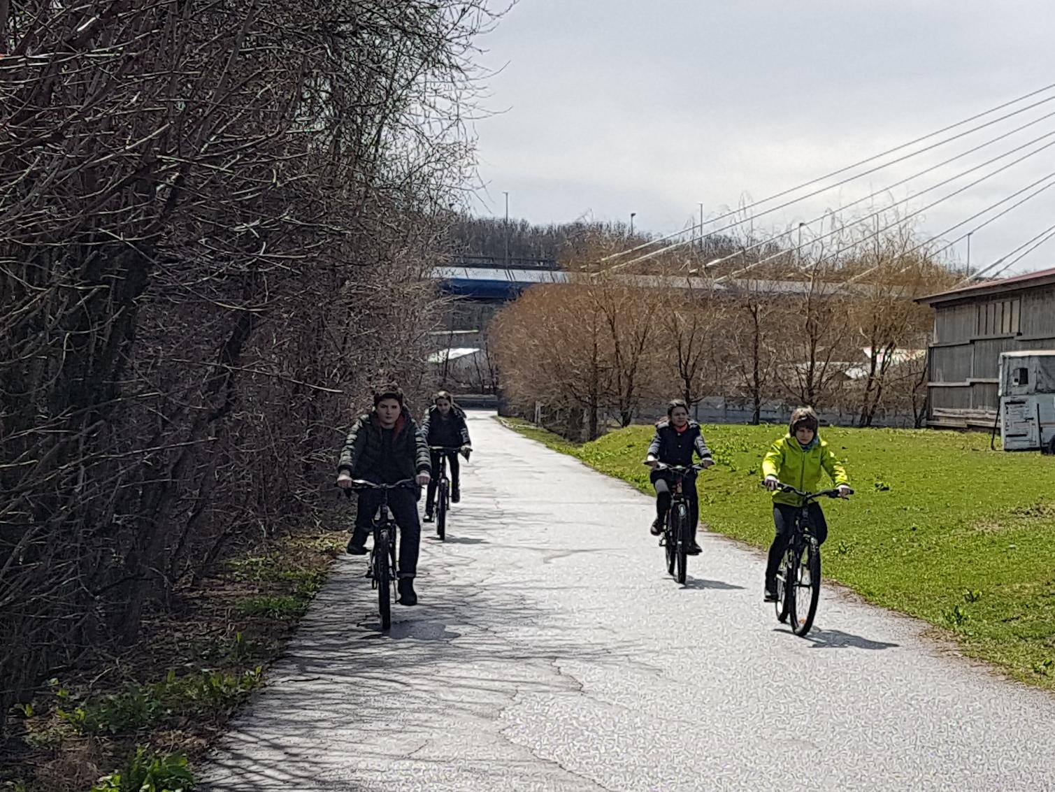 copii pe biciclete