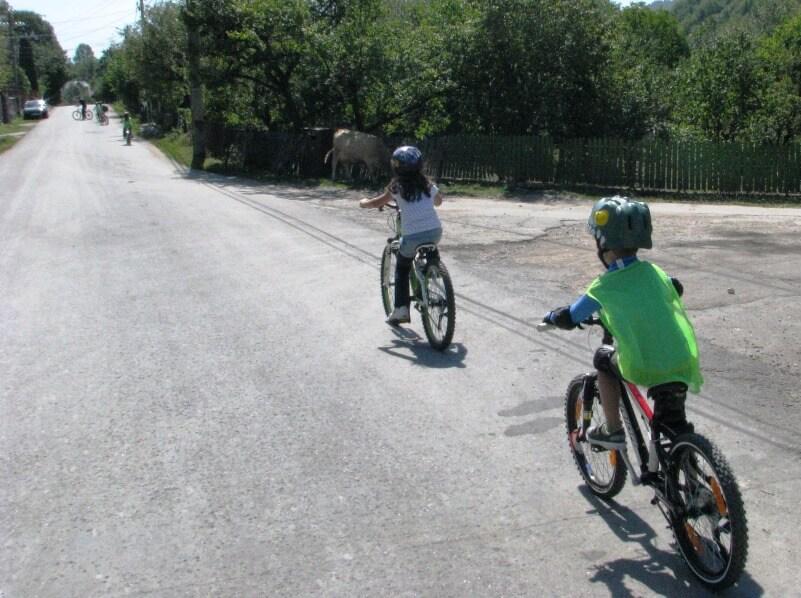 ture cu biicletele cu copii, la Scoala BateSaua