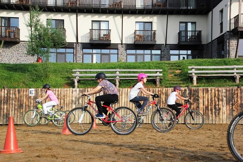 antrenament cu biciclete in poligon la Scoala BateSaua