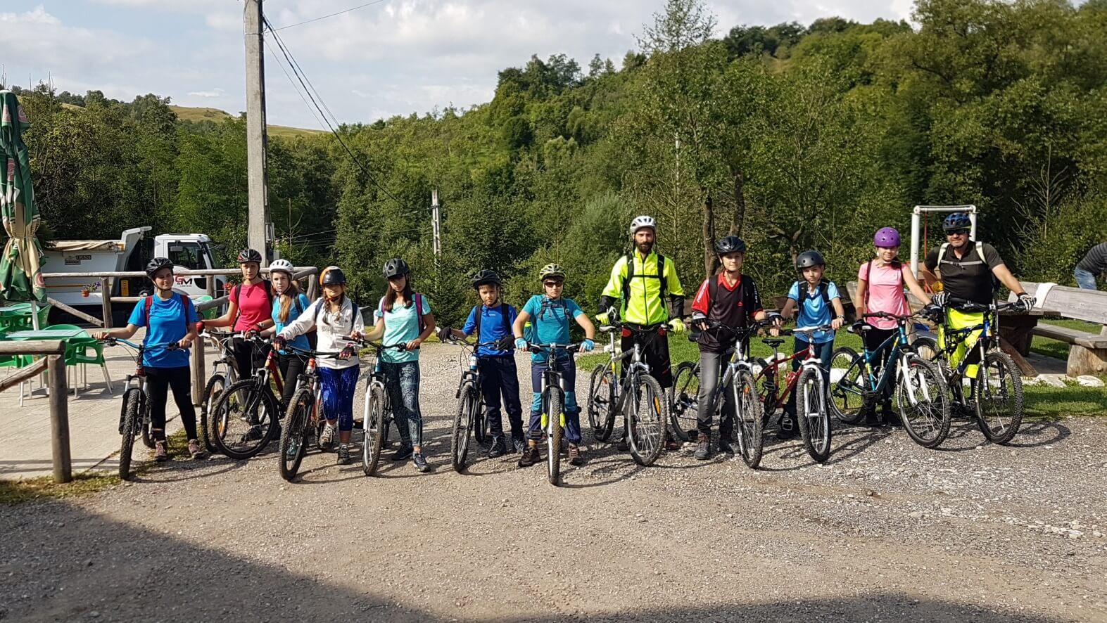 grup de biciclisti la scoala BateSaua