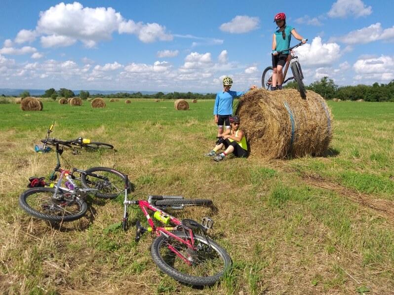 cu bicicleta pe campii printre sate