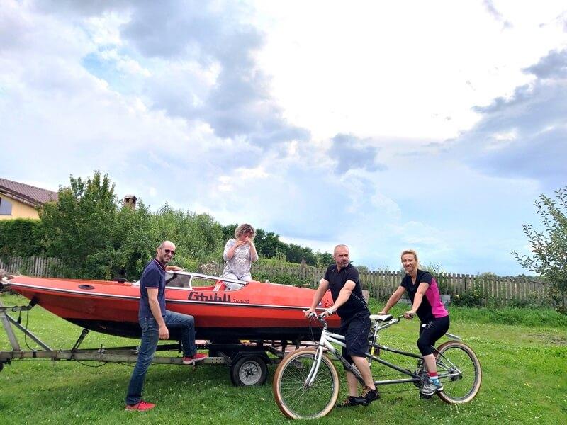 surprize in tabara barca cu motor si bicicleta tandem